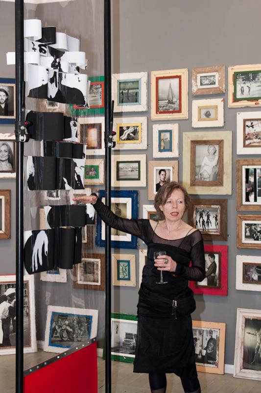 Cornelia Janetscheck von Vietinghoff vor Installation Marie
