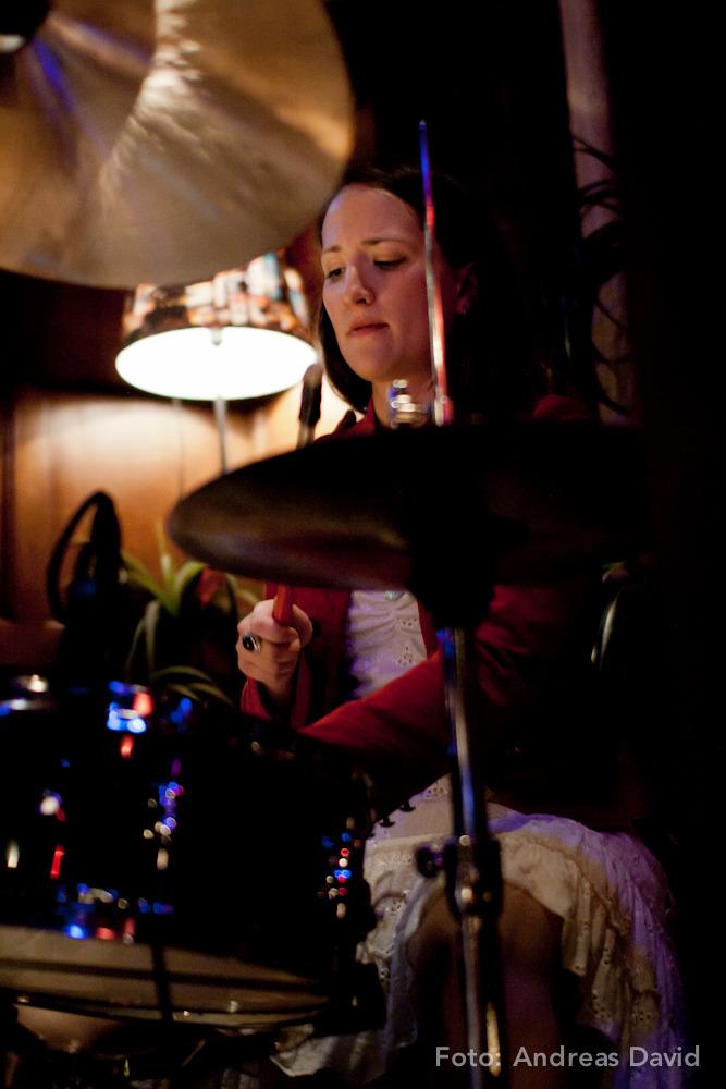 Anni Müller an den Drums