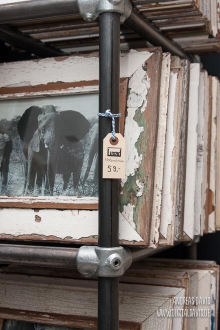 Stahlregal mit Holzbilderrahmen